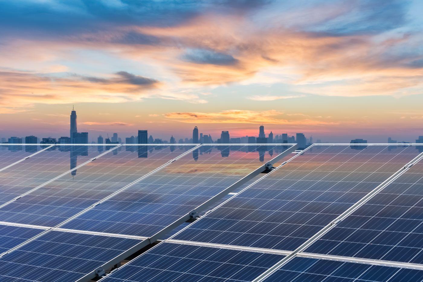 Placas solares con amanecer al fondo