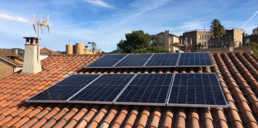 8 paneles solares en el tejado de una vivienda de San Just Desvern (Barcelona)